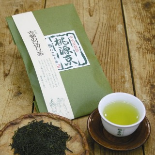 自然に恵まれた宇治の指定茶園で栽培されたその新茶を熟成させたものが、宇治煎茶「古都の口切り茶」です。